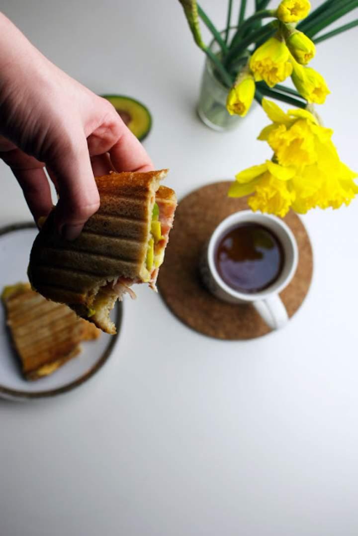 Tosty śniadaniowe z awokado, bekonem i serem