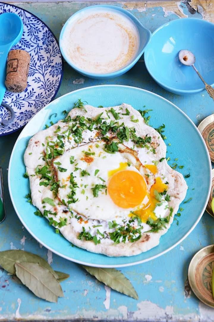Podpłomyk z jajkiem sadzonym i ziołowym jogurtem