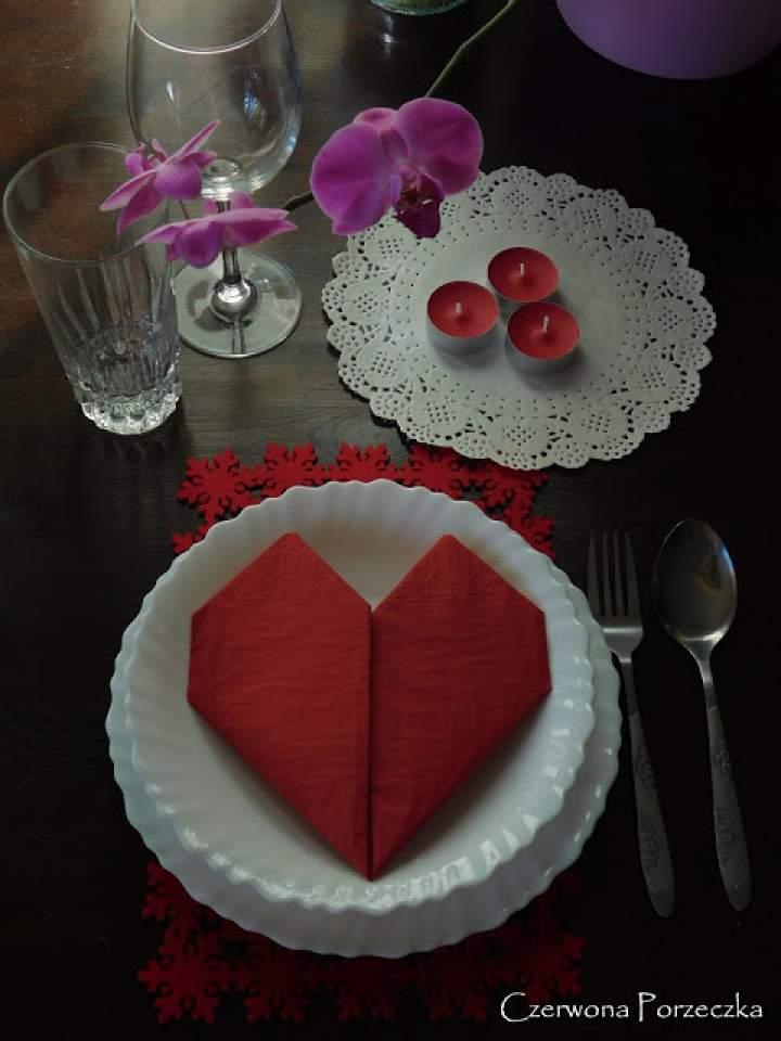 Walentynkowe nakrycie stołu i serwetka w kształcie serca