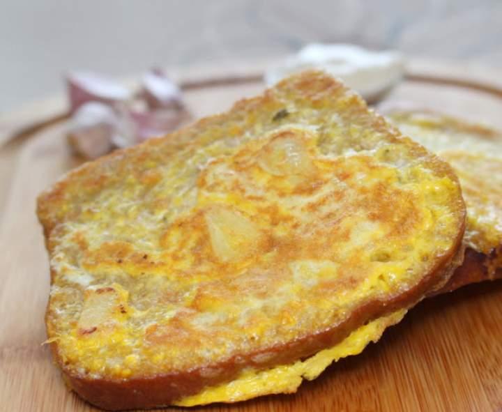 Czosnkowe pieczywo z jajkiem
