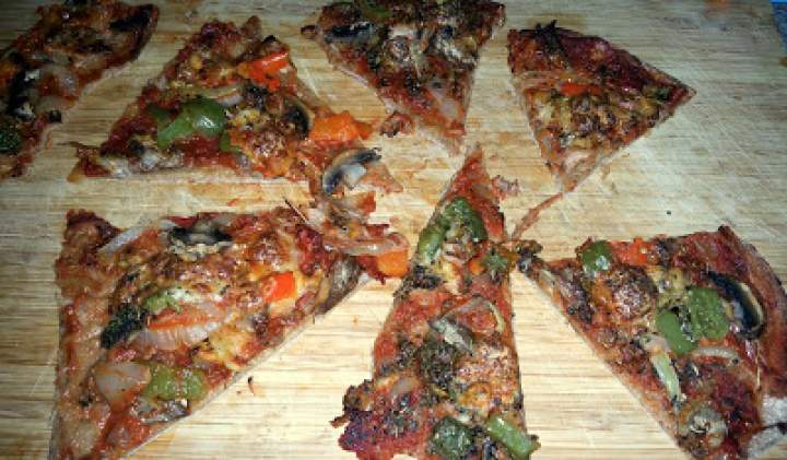 Dietetyczna pizza na spodzie z mąki orkiszowej ;)