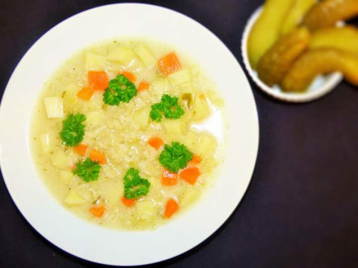Zupa ogórkowa z brązowym ryżem