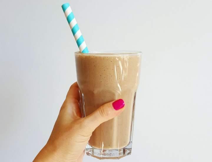 kawa + masło orzechowe + kakao + mleko roślinne + śliwki + gałka muszkatołowa