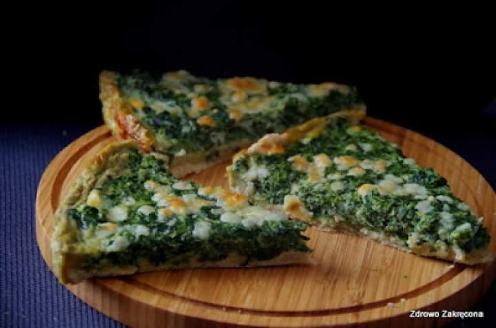 Tarta na kruchym spodzie ze szpinakiem i sosem serowym