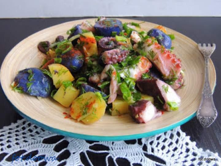 Śródziemnomorska sałatka z fioletowych i czerwonych ziemniaków z ośmiornicą