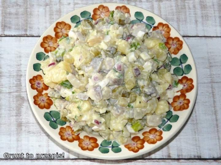Sałatka śledziowa z ziemniakiem, jajkiem i ogórkiem kiszonym
