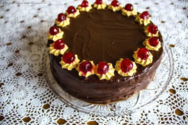 Tort chałwowo-czekoladowy z wiśniami