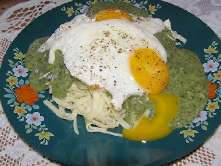 makaron z sosem szpinakowym i jajkiem sadzonym…