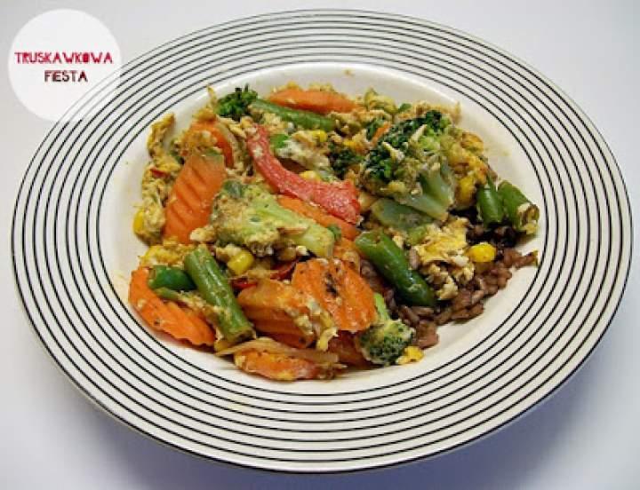 Jajecznica z warzywami i ryżem trzy kolory