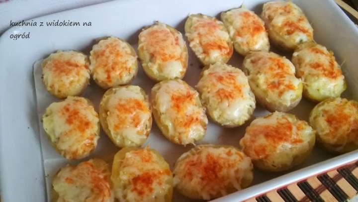 Ziemniaki faszerowane, mocno serowe, zapiekane w piekarniku.
