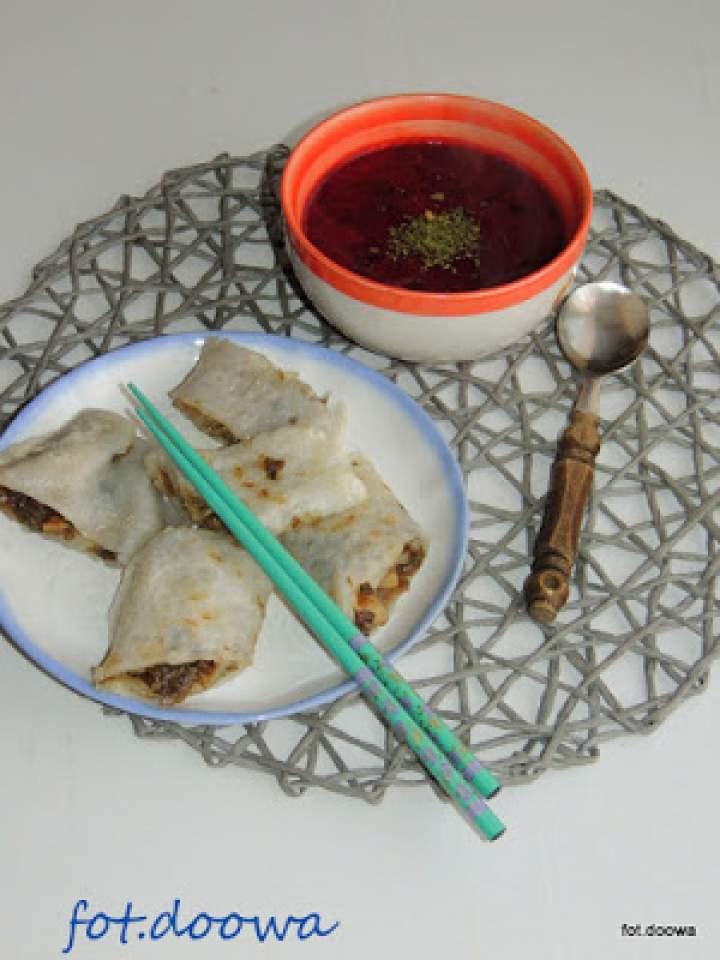 Barszczyk czerwony z mlekiem kokosowym i wietnamskie naleśniki