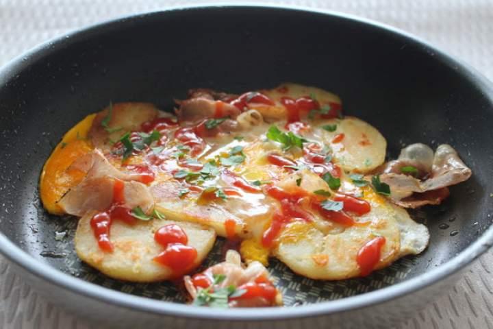 Smażone ziemniaki z jajkiem i boczkiem