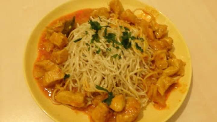Indyk w zielonym curry ze smażonym makaronem chińskim