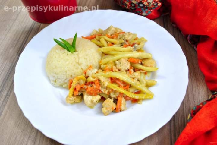 Kurczak z warzywami w sosie serowym