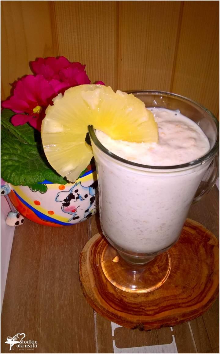 Pożywny koktajl ananasowo-jęczmienny
