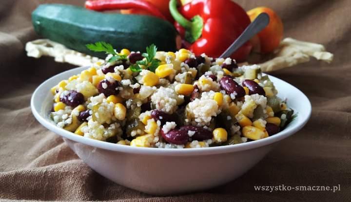 Sałatka z kuskusem, kukurydzą i czerwoną fasolą