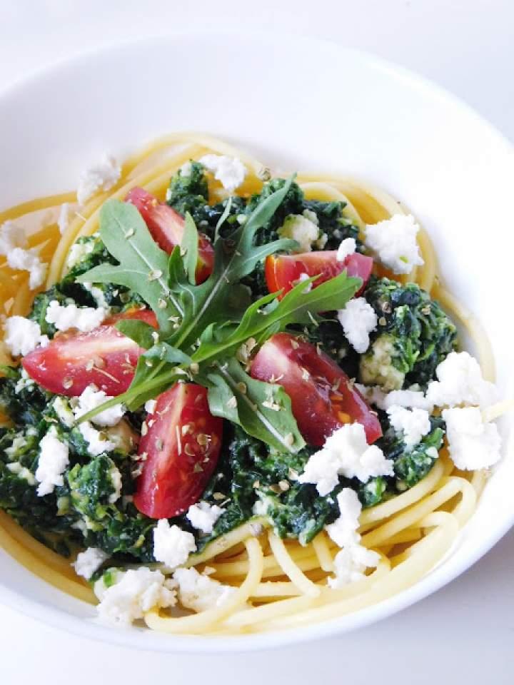 Spaghetti ze szpinakiem, włoskim serkiem i pomidorkami