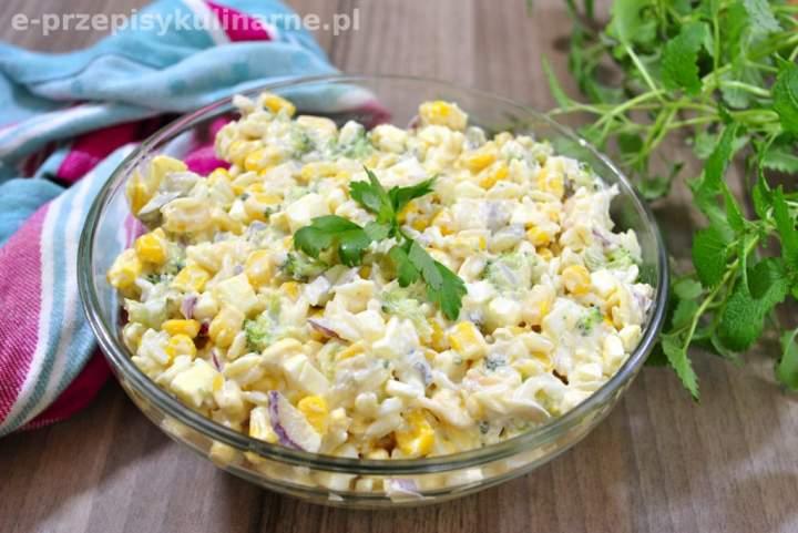 Pyszna sałatka z ryżem, brokułem i sosem czosnkowym