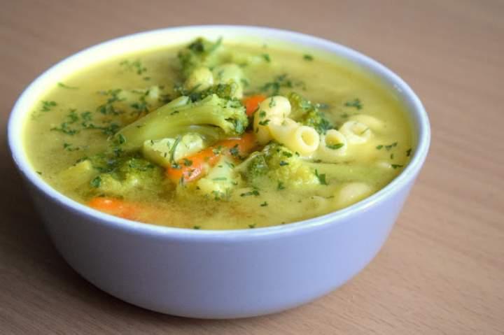 Lekka zupa jarzynowa z makaronem :)
