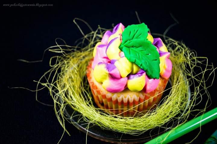 Muffiny z dżemem i kolorowym kremem