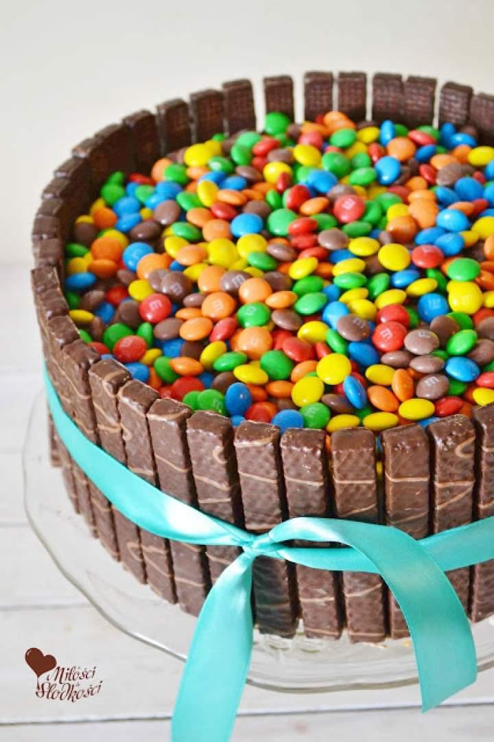 Tort z cukierkami i kremem czekoladowo-truskawkowym otoczony wafelkami w czekoladzie