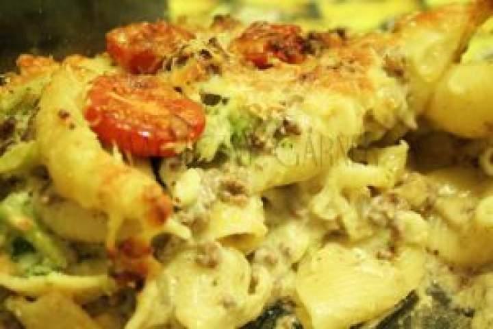 Makaronowa zapiekanka z mięsem i warzywami