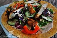 Wrapy gyros z kurczakiem i pikantnym sosem