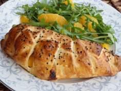 Kurczak z brzoskwinią i serem pleśniowym zapiekany w cieście francuskim