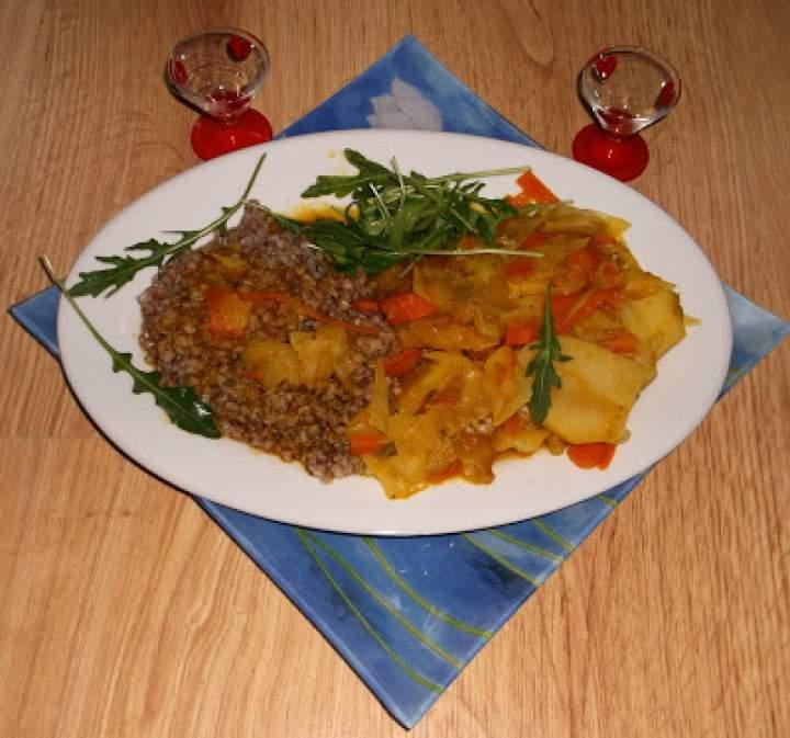 Potrawka kapuściano-marchewkowa z musem dyniowym i kaszą gryczaną