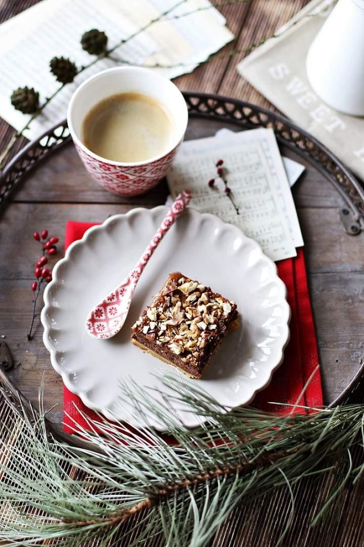 Sernik czekoladowy z kajmakiem i prażonymi orzechami