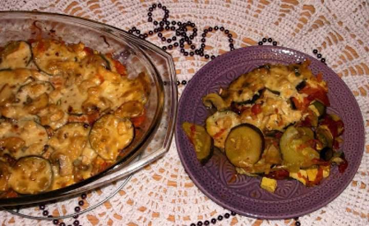 Zapiekanka warzywna z tofu, cukinią, pomidorami i serem żółtym
