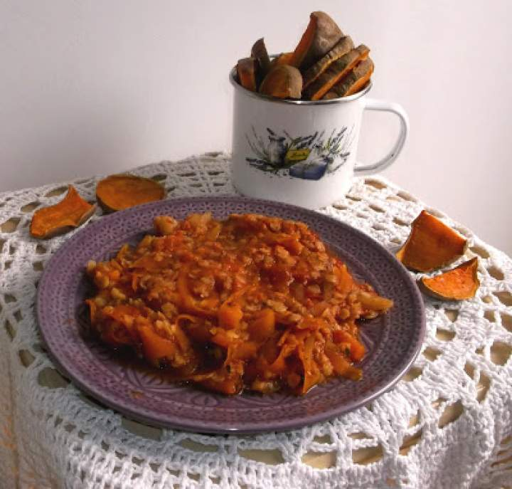 Bataty w plastrach z piekarnika z musem soczewicowo-marchewkowo-pomidorowym