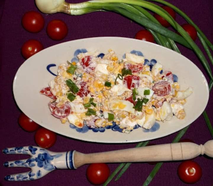 Sałatka grecka z fetą, oliwą, pomidorkami, jajkiem i szczypiorkiem