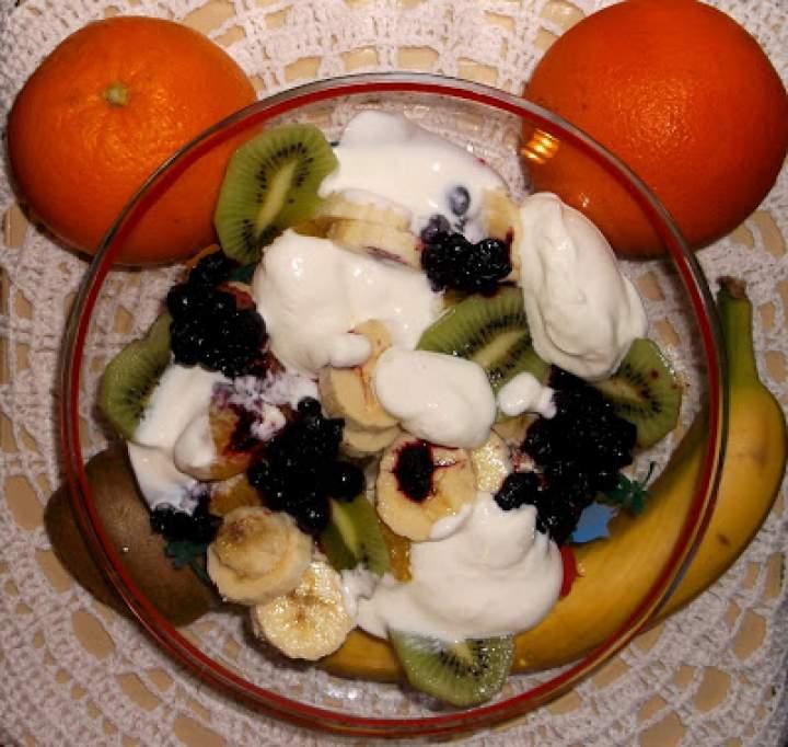 Sałatka owocowa ze śmietaną