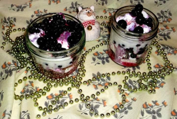 Jagody z serem, migdałami i jogurtem