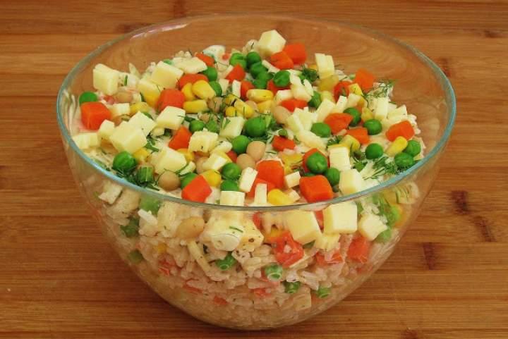 Sałatka serowa z ryżem.