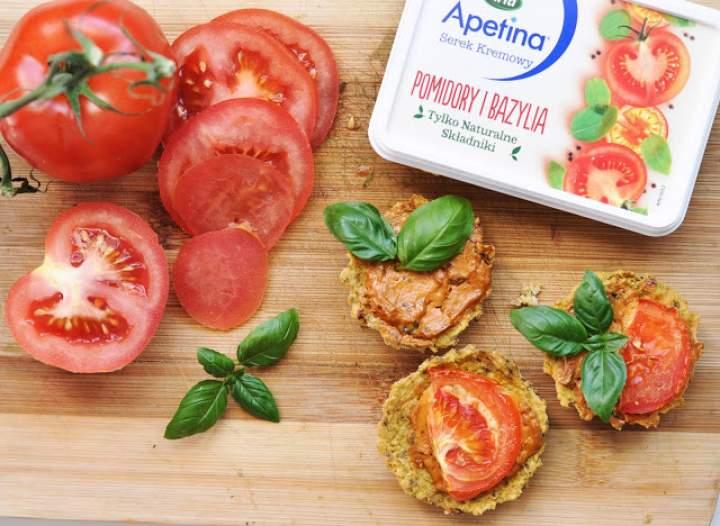 Tartaletki ciecierzycowe z serkiem Apetina oraz pomidorami i bazylią
