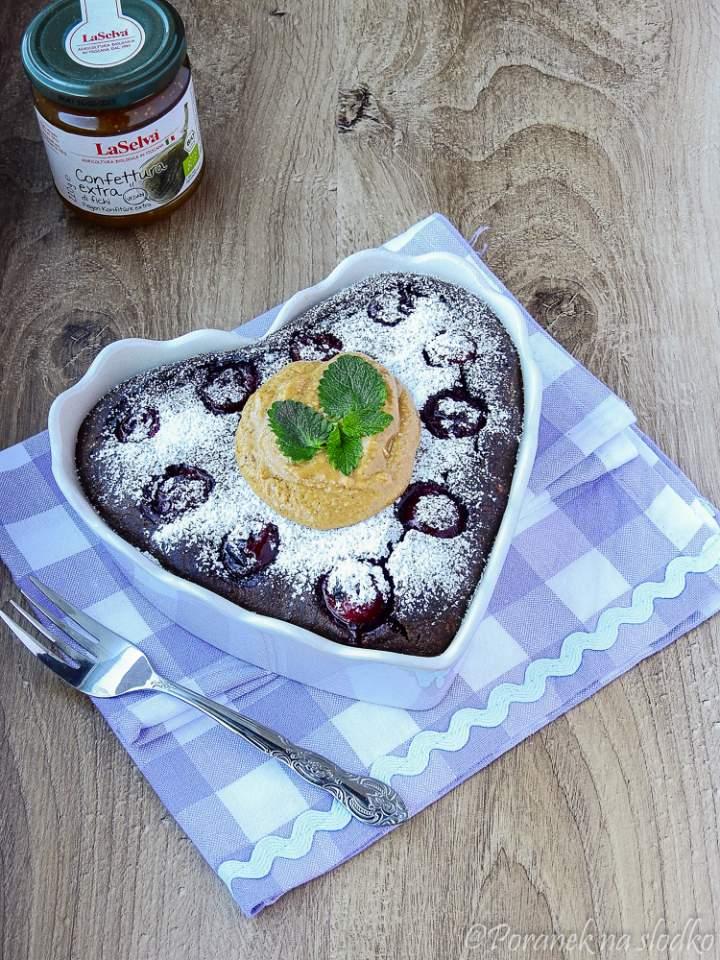 Czekoladowo – kawowy sernik z wiśniami.