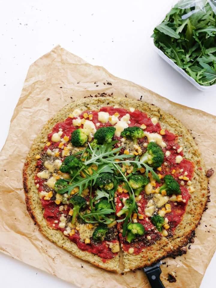 Lekka pizza na brokułowym spodzie