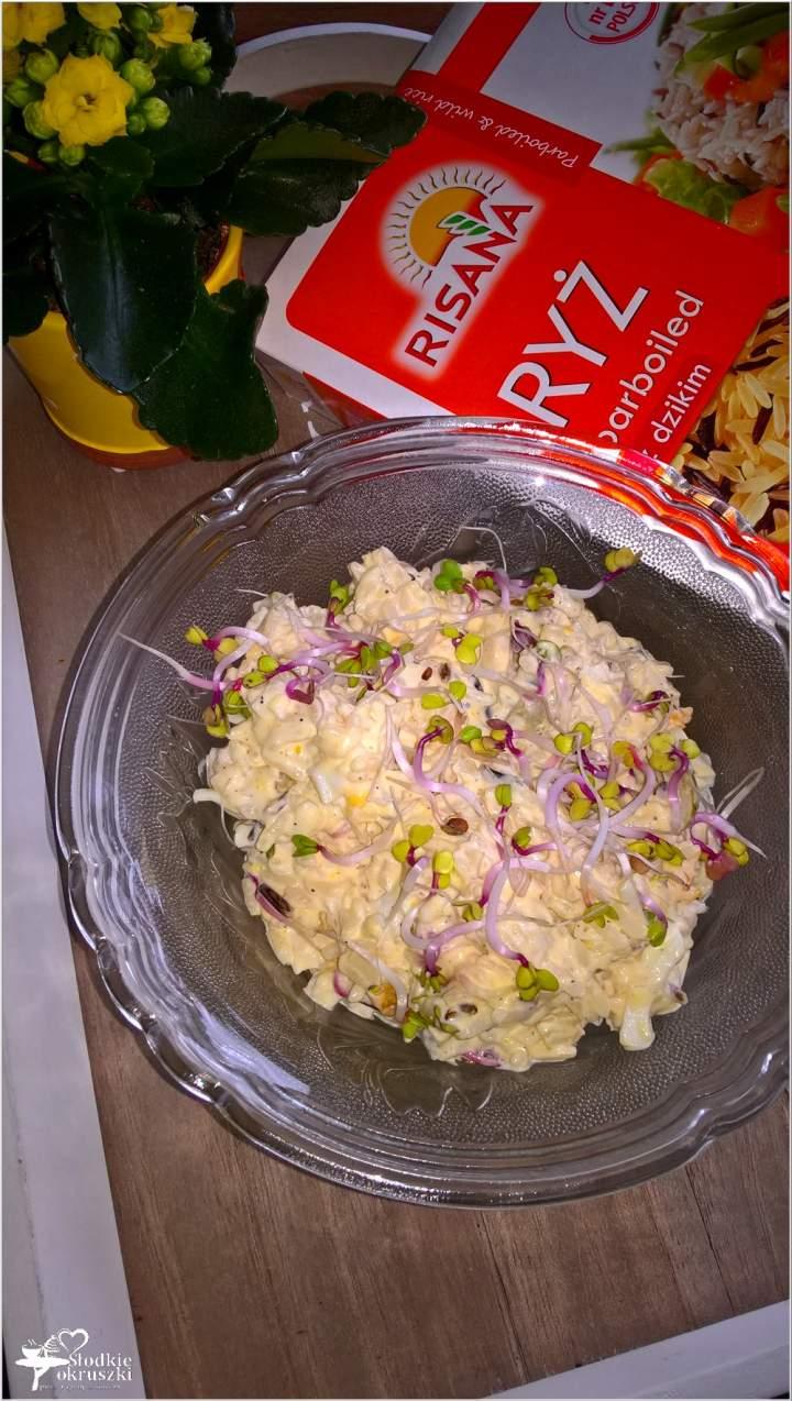 Ryżowa sałatka z oliwkami i kiełkami rzodkiewki