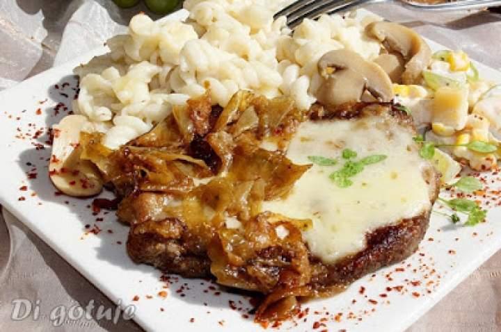 Karkówka duszona z cebulą z serem korycińskim