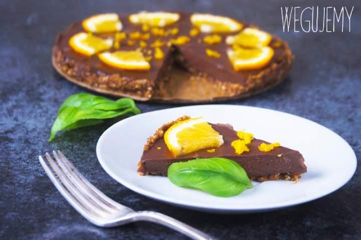 Wegańska tarta czekoladowa bez pieczenia z nutą pomarańczy