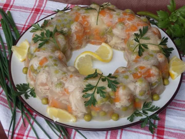 Galareta drobiowa z marchewką i groszkiem