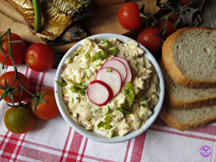 Pasta jajeczna z makrelą, rzodkiewką i serem feta
