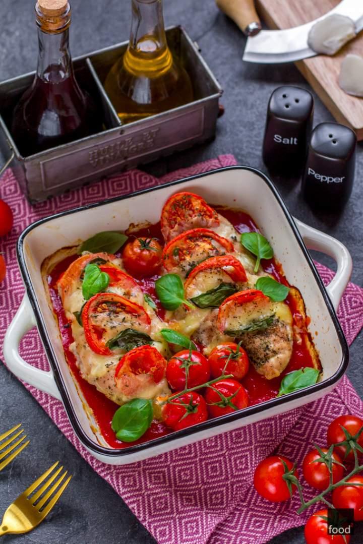 Kurczak Caprese zapiekany z mozzarellą, bazylią i pomidorami