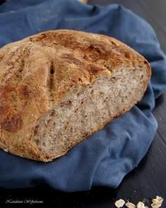 Chleb z prażonymi płatkami owsianymi na zakwasie