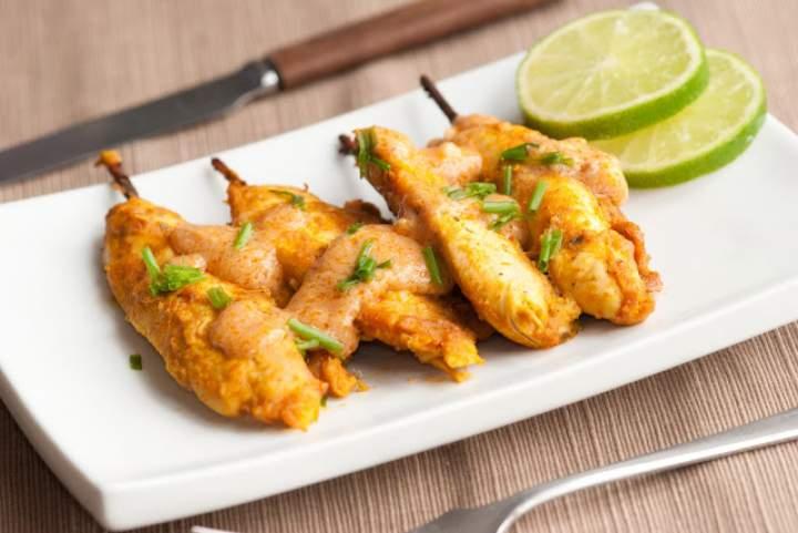 Grilluj po azjatycku – pomysł na kurczaka satay z sosem orzechowym
