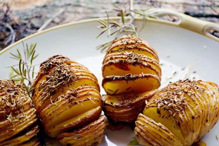 Ziemniaki Hasselback z rozmarynem