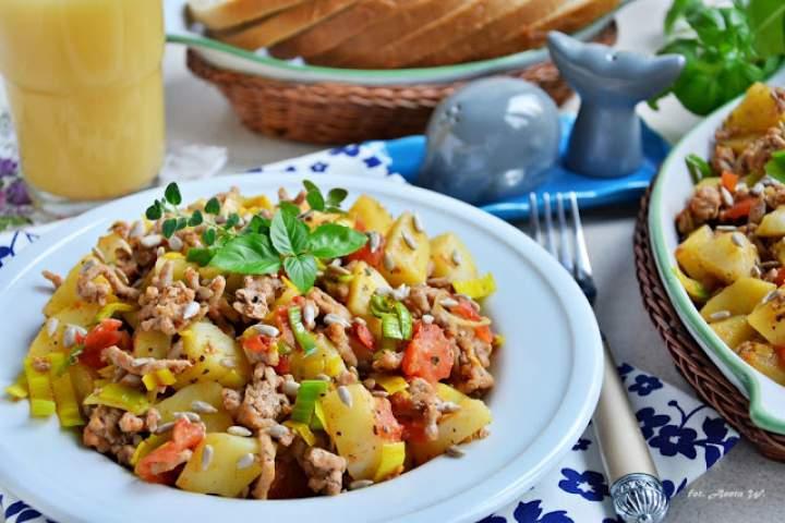 Mięso mielone z ziemniakami i słonecznikiem – danie z jednej patelni