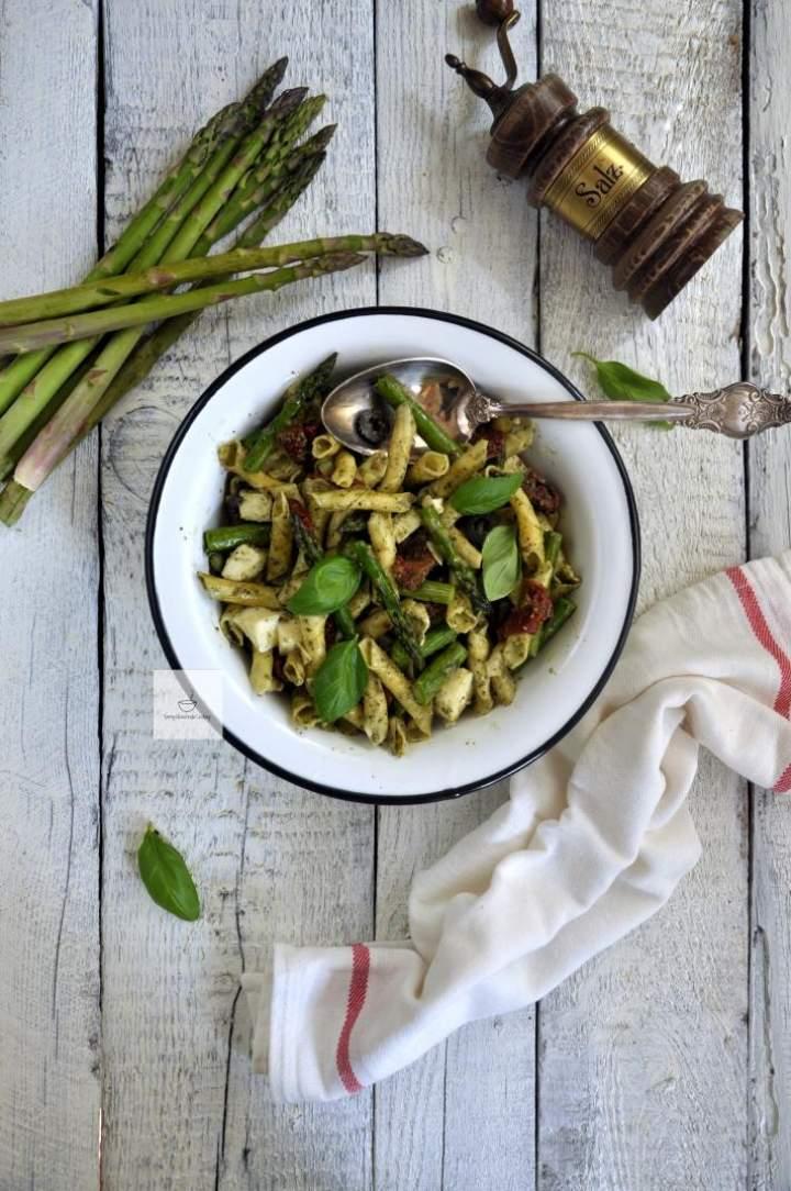 Sałatka z pesto i szparagami